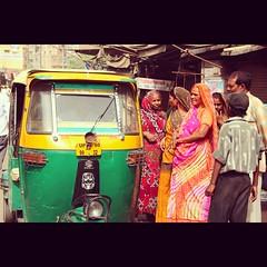 Tuk tuk a Agra, Inde (angelina.perrin) Tags: tuktuk inde saris indiennes