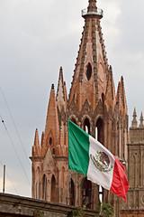 San Miguel de Allende, Mexico (OSChris) Tags: sanmigueldeallende parroquia church flag