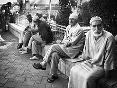 Ver pasar el tiempo (yanitzatorres) Tags: blackandwhite blancoynegro descansar plaza vejez tradicin trajetradicional trajetpico marroqu seores morocco marruecos fes fez