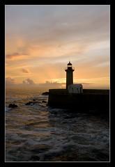 Oporto - Faro sull'Oceano Atlantico e foce del fiume Duero (Rio Douro) (brunombo) Tags: ocean travel sunset sea summer sky sun lighthouse portugal water clouds faro tramonto nuvole mare estate pentax porto cielo sole tamron acqua atlanticocean viaggio oporto oceano portogallo oceanoatlantico tamronaf18250mmf3563diiildasphericalifmacro justpentax