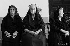 Las Beatas (Landahlauts) Tags:              alcaldecarbonero almoravides alqueriadelabassa andalousie andalouzia andalucia andalusi andalusia andalusie andalusien andalusiya andaluzia andaluzio andaluzja comarcadeguadix condedemoctezuma elcarboneroalcalde endulus invasionfrancesa lapeza labassa lapeceo monterrosanodelapeza peceo pedrotesifondemoctezuma riofardes retrato mujer woman posado seora misa iglesia beata tres fujifujinonxf55200mmf3548rlmois blancoynegro monocromatico