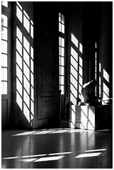 Le dos a la lumire (Pascal.M (bong.13)) Tags: avignon muse calvet noiretblanc nikon blackandwhite vaucluse provence france statue ombre lumire