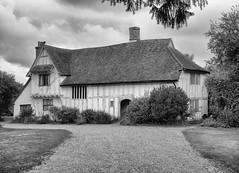 Valley Farmhouse, Flatford (Julian Chilvers) Tags: valleyfarmhouse flatford listedbuilding suffolk monochrome