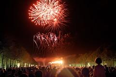 Versailles 10 (gsamie) Tags: guillaumesamie gsamie canon 600d t3i versailles france yvelines night fireworks grandeseauxnocturnes feuxdartifice fire grandcanal jardins chateaudeversailles castle crowd people child red