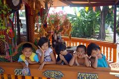 children at a buddhist shrine (the foreign photographer - ) Tags: dscaug212016sony five children buddhist shrine khlong thanon portraits bangkhen bangkok thailand sony rx100