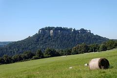 Festung Knigstein (Veit Schagow) Tags: knigstein castle elbsandsteingebirge telezoom heuballen stroh wiese grn landschaft landscape saxonyswiss