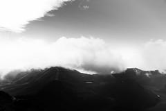 cielo (betho itinerante) Tags: nubes dia amanecer sol cielo montaa volcn rocas cresta sombras luz contraste horizonte fro viento altura naturaleza paisaje neblina rayos lineas texturas planos brillo sombra frio camino linea nube caminar roca textura crater laguna toluca colina ladera alto bn blanconegro monocromtico
