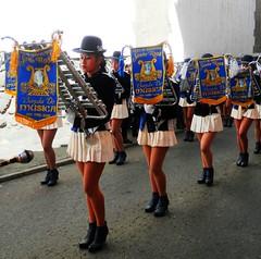 Liceo de Seoritas Santa Rosa (magellano) Tags: potos bolivia banda band liceo seoritas santarosa ragazza girl lady donna woman candid street stendardo gamba leg costume xylophone xilofono
