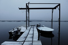 Neige dans le port de Bouzigues (Michel Seguret Thanks all for 8.600 000 views) Tags: schnee winter snow france cold boot boat pond nikon barca barco hiver nieve pro estanque invierno neige d200 oyster bateau teich inverno froid frio languedoc barque tang smrgsbord hrault auster stagno ostriculture bouzigues oysterfarming dragongoldaward oysterculture michelseguret