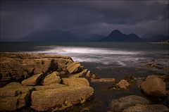 Elgol (Santa Cruiser) Tags: longexposure storm black clouds scotland rocks meer waves isleofskye alba wolken hills loch cuillins hebrides schottland felsen wellen ecosse langzeitbelichtung sturm cuillin elgol scavaig strathaird graufilter nd110 pentaxart
