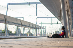 Waiting (Streetphotography by Joost Smulders) Tags: streetphotography straatfotografie candid urban city stad utrecht holland nederland centraalstation railwaystation people mensen vrouw woman girl jong kleur color colour colorful wachten waiting monochrome rood red