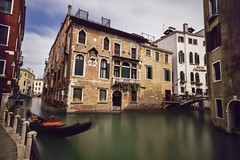 Vida entre canales... (elpitiuso) Tags: channels canales agua water venice venezia venecia italy italia travel gondolas