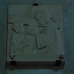 12 - Rambouillet, Église Saint-Lubin-et-Saint-Jean-Baptiste - Chemin de croix, Cinquième station, Simon de Cyrène aide Jésus à porter sa croix thumbnail