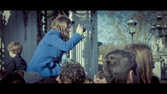 Fan (Hernan Piera) Tags: uk woman london photography photo mujer europa europe foto photographer image adolescente young pic teen londres curious fotografia curiosa enthusiastic imagen joven fotografo overtheshoulder fanatic fotografa follower fanatica entusiasta seguidora blinkagain sobreloshombros hernanpiera