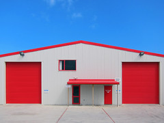 Red v. Blue, Levin, New Zealand (TV DiSKO) Tags: newzealand aotearoa red blue colour color sky dwwg levin northisland