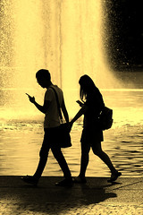 Smartphone Love :-) (Wackelaugen) Tags: water fountain lake people man woman couple phone smartphone silhouette silhouettes walk walking love eckensee stuttgart germany canon eos photo photography wackelaugen googlies pokemon