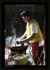 """GARRAPIADAS (CODIGO DE LUZ """"El Fotgrafo"""") Tags: artesania garrapiadas mercadomedieval chucherias personas profesiones ceuta humo retratos"""