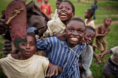 jev2281.jpg (verhoogen.be) Tags: boy kids bongo kinderen mais enfants congo codebo congowilstemmenfulgence bongocodebomaiskanangacongobroederlijkdelen