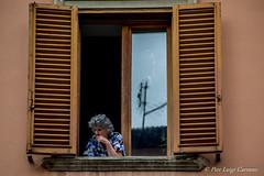 guardare gli altri che vivono (pierluigi.carrano) Tags: finestra affaccio nonna grandmother nikon d3100