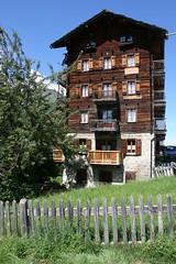 Btisse traditionnelle du Valais, dans le village de montagne d'Evolne (Suisse) (bobroy20) Tags: evolne chalet wallis sion valais btisse construction