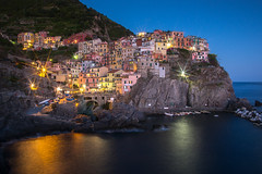 Manarola at Dusk (kuhnmi) Tags: night nightshot dusk dark light stareffect nacht dunkel manarola manaea cinqueterre italien italy italia beleuchtung illumination mediterraneansea mittelmeer kste coast abenddmmerung bluehour twilight cityscape landscape landschaft landscapephotography landschaftsfotographie town city village dorf stdtchen idyllisch idyllic picturesque