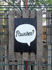 Puschen? (onnola) Tags: berlin deutschland germany guesswhereberlin pause schild sprechblase zaun palette fence sign break speechbubble gwb