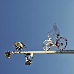 ab vom patt (bleibt fr dich) Tags: blue light sky bike campus square licht blauw angle rad himmel uni blau fahrrad gttingen hemel fiets blickwinkel betrachtung ansichtssache kwadratisch