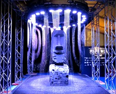 Le mini-gant des Rapa Nui (* Firefly *) Tags: show blue sculpture wet water rain mystery shower lights expo pluie exhibit spotlight bleu azzurro gant douche lumires rapanui mystre projecteurs foiredecaen iledepques rideaudeau cafaitunpeustargatenan tlportationziouuu hessiiiingingintheraiiiiinjustsiiiingingintheraiiiin bonokanapaslairdeledriderlecoupdeladouche