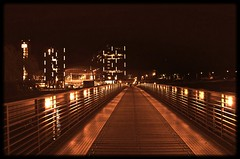 Steg zum Hauptbahnhof (Lispeltuut) Tags: city bridge berlin weather river germany nikon nightshot hauptbahnhof brcke spree mitte centralstation wetter nachtaufnahme berlinhauptbahnhof flus berlincentralstation vanagram lispeltuut nikond5100 festivaloflights2012