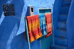 Les couleurs de Chefchaouen - Colors of Chefchaouen (Olivier Simard Photographie) Tags: street blue light red orange colors azul architecture stairs rouge alley lumire couleurs craft bleu morocco berber fabric blanket maroc maghreb medina chaouen ruelle rue chefchaouen weaving linge escalier andalusian rif riad artisanat tissu berbre couverture mdina andalou traditionalclothing tissage afriquedunord vtementtraditionnel  chefchaoun rifmountain bluerinsed   intangibleculturalheritageofhumanitybyunesco sebbanine bleudechefchaouen blueofchefchaouen massifdurif achawen patrimoineculturelimmatrieldelhumanitdelunesco