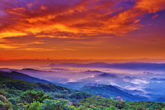 Clouds, mountains, water (Singer ) Tags: canon6d canonef2470mmf28liiusm   32sec f18 iso100 33mm    yearsonthehilltop      glow  seaofclouds water  mist fog  morning sunrise twilight sky atmosphere    mountainhill lightshadow layer composition architecture villa landscapes    taiwan taipei    singer