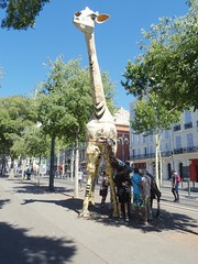 Biblio... (Aot 2016) (Ostrevents) Tags: marseille bouchesdurhne france europe europa 13 rue street mobilierurbain mobilier art bibliothque library girafe culture livre book change don giving homme man woman femme chn ostrevents