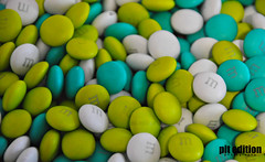 m&ms (pit edition) Tags: mms mm green white chocolate turquesa chuches rcos am uuuumm dulce sweet ny newyork muchos mmworld pit pitedition pedro photography photo macro macrophoto top20macroinanimate blanco bianco verde turquise nikon nikond5000 d5000 viaje hollidays vacaciones
