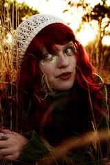 Melancolía otoñal (mls2012) Tags: autumn light red portrait luz girl foto arboles chica gorro retrato campo otoño labios octubre fotografia pelirroja tarde suelo hierba dorada tumbada nanah