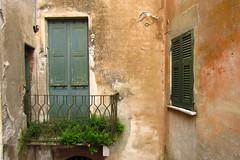 Una cartolina da ... (Augusta Onida) Tags: terrazzo terrace finestra window muro wall antico vecchio old castelnuovo magra particolare detailed liguria italia italy