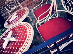 Passons  table<>Are you hungry ? (France-) Tags: 248 table chaise chair red rouge toronto