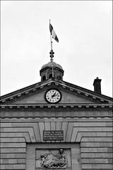 8 - Rambouillet, Mairie, Faade - Dtail (melina1965) Tags: aot august 2016 ledefrance yvelines nikon d80 noiretblanc blackandwhite bw rambouillet sculpture sculptures basrelief basreliefs faade faades horloge horloges clock clocks drapeau drapeaux flag flags ciel sky chemines chemine chimney chimneys