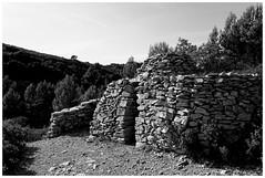 Le sentier des capitelles 1 (Pascal.M (bong.13)) Tags: aramon gard pierre noiretblanc blackandwhite provence france sonyrx100 soleil ombre lumire