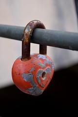Vieille histoire (Bluefab) Tags: cadenas rouille rampe soud amour barrire romantique peinture orange