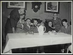 Archiv H069 Gesellige Runde bei Kaffee und Kuchen, 1930er (Hans-Michael Tappen) Tags: archivhansmichaeltappen drechselarbeit tisch tischbein tischecke kaffeekanne kuchenteller kuchen tapete interieur sitzbank kleidung fotorahmen outfit brillentrger porzellankanne anzug krawatte 1930er 1930s