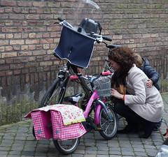 Moeder en kind met hun fietsen, Grote Looiersstraat, Maastricht (Nik Morris (van Leiden)) Tags: holland netherlands bike maastricht nederland nederlands limburg fiets mamafiets