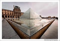 Louvre (Gianluca Longu) Tags: parigi paris citt nuvole canon francia clouds cielo scorcio louvre louvrepyramid dettagli reflex acqua water riflesso