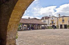 Marktplatz / Market Place (schreibtnix) Tags: reisen traveling frankreich france monpazier arkaden arcades marktplatz marketplace mittalter medievaltimes himmel sky wolken clouds olympuse5 schreibtnix