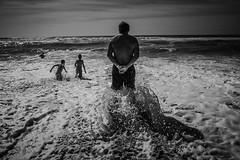 Embruns (PaxaMik) Tags: vagues waves embruns ocan ocean atlantique atlanticocean back dos noiretblanc noir nb beach plage