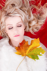 Snow White's long, long dream (edwindejongh) Tags: autumn sleeping red portrait woman white snow long herfst dream dreaming blad fairy blonde l schlafen portret rever tale vrouw lang droom reverie slapend dromen traum sprookje dromend herfstig autaumne