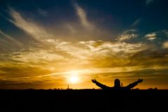 Día 56 (Mariana Eme) Tags: naturaleza sol atardecer nikon manos colores cielo nubes campo abrazo saludo energia figura tonos tonalidades nikond3100
