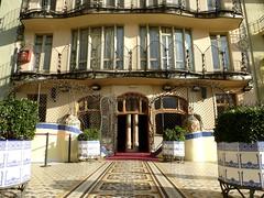 Barcelone - Casa Batlló (larsen & co) Tags: barcelona architecture spain patio artnouveau gaudi balconies espagne façade barcelone modernisme antonigaudi balcons carrelage trencadis courintérieure casabatló puitsdelumière casbatlo