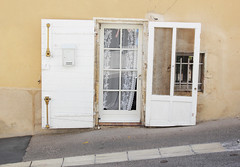 JOUR 218 : Porte blanche/Ansouis (Anne-Christelle) Tags: projet365 365project porte door fentre rideau curtain ansouis lubron faade architecture