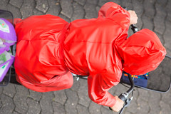 5DA06898_Einkaufen in Rot (helani44) Tags: gummimantel gummistielel