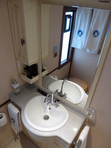 AL Andalus - luxury train in Spain- Superior Suite, washbasin in private bathroom